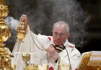 El papa Francisco guía a los católicos en la vigilia pascual en San Pedro